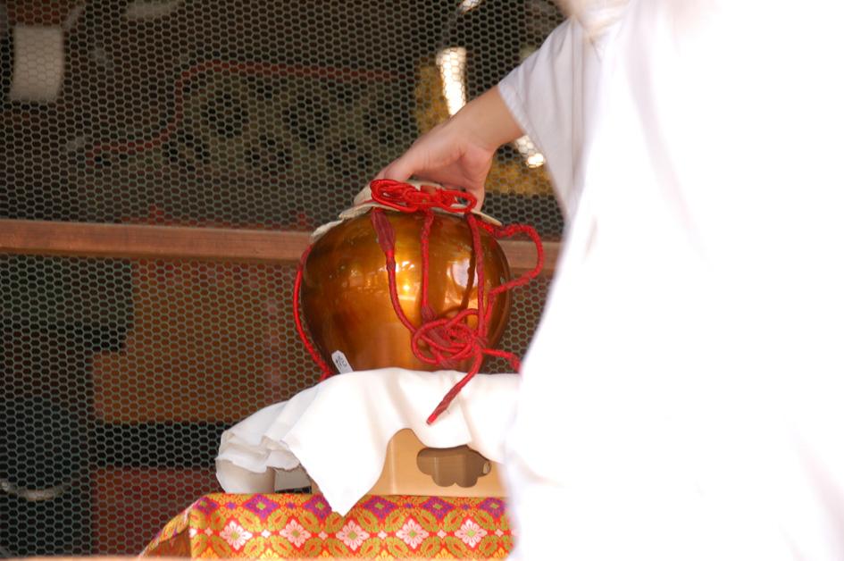 opening tea urn